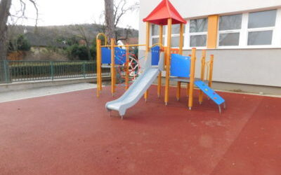 Soproni Német Nemzetiségi Általános Iskola játszótere és árnyékolása